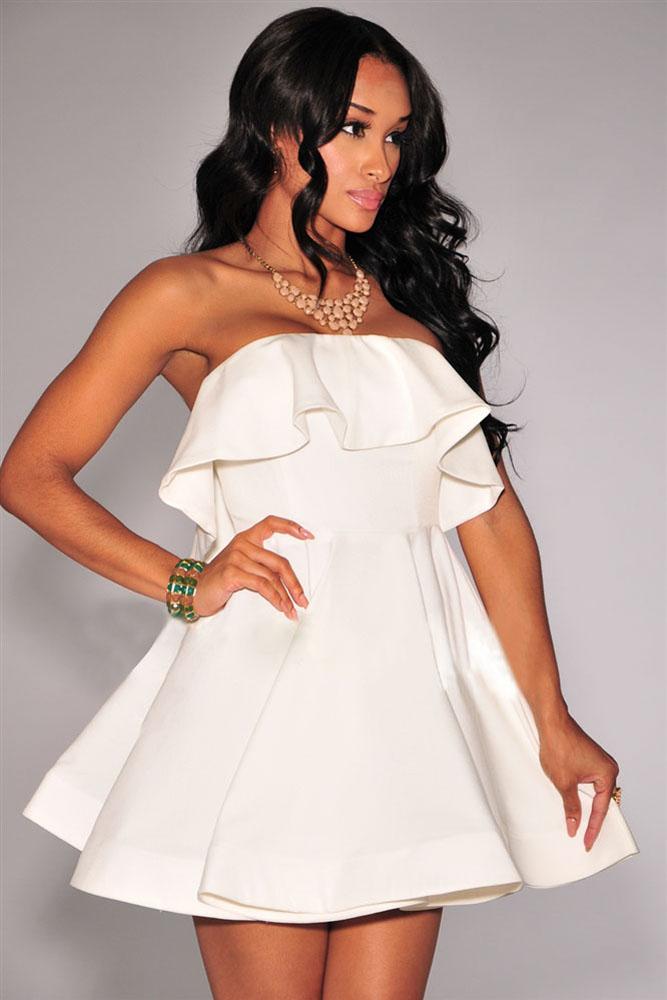 Белое платье с воланом на плечах