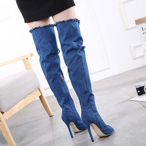 Стильная круглая подкладка из тонкой ткани высокого стиля на высоком каблуке с голубой хлопчатобумажной тканью поверх сапог