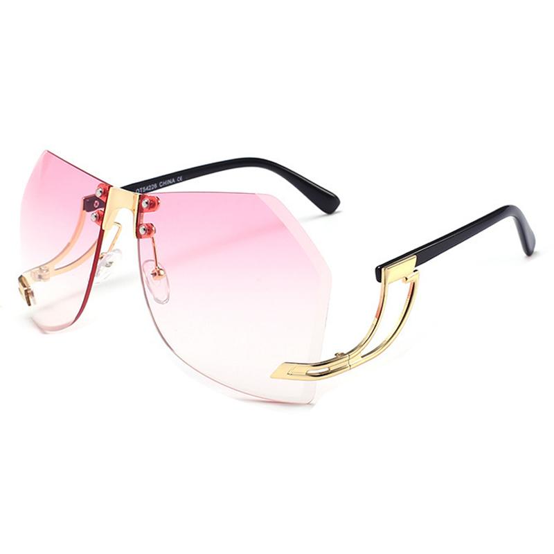 Occhiali da sole in plastica rosa trendy